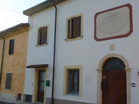 Straordinaria manutenzione con intervento strutturale di un edificio monofamiliare in contesto di corte